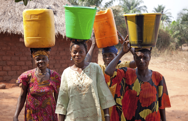 african_women_housework_water
